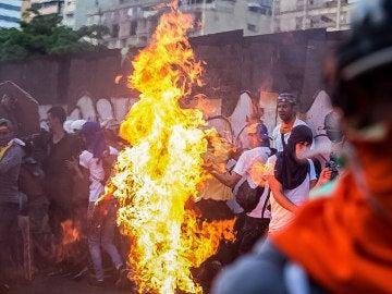 El joven Orlando José Figueroa es alcanzado por las llamas durante una manifestación opositora