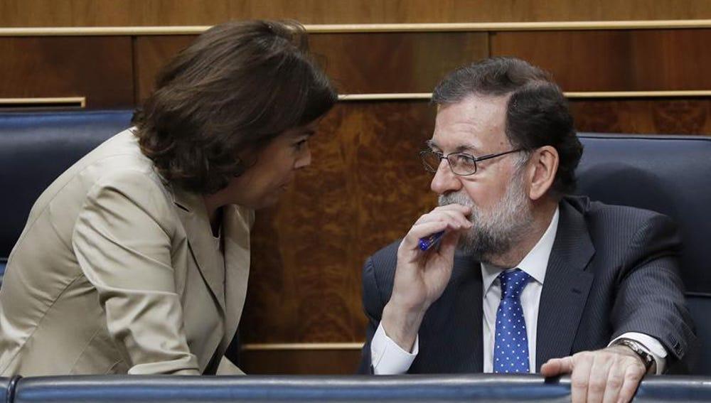 El presidente del Gobierno, Mariano Rajoy, con la vicepresidenta, Soraya Sáenz de Santamaría