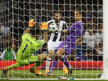 Cristiano Ronaldo anotando el tercer gol para el Madrid