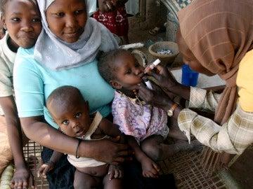 Una niña recibe la vacuna contra la polio en Angola