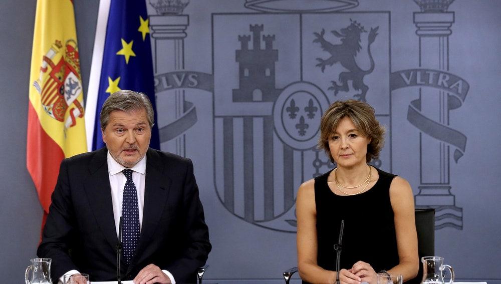 El portavoz del Gobierno y ministro de Educación y Cultura, Íñigo Méndez de Vigo, y la ministra de Agricultura, Isabel García Tejerina