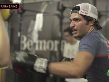 """Frame 56.394545 de: Carlos Sainz se 'pasa' al boxeo para preparar la Fórmula 1: """"Muhammad Ali es uno de mis héroes"""""""