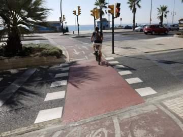 Un ciclista circulando por un carril bici de Málaga
