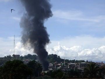 Una cortina de humo se eleva después de un bombardeo durante los combates