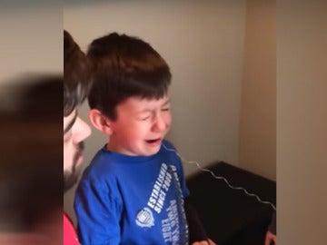 Así arrancan un diente a un niño