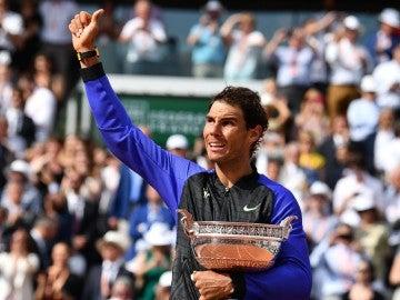 Rafa Nadal levanta el pulgar al público tras ganar Roland Garros
