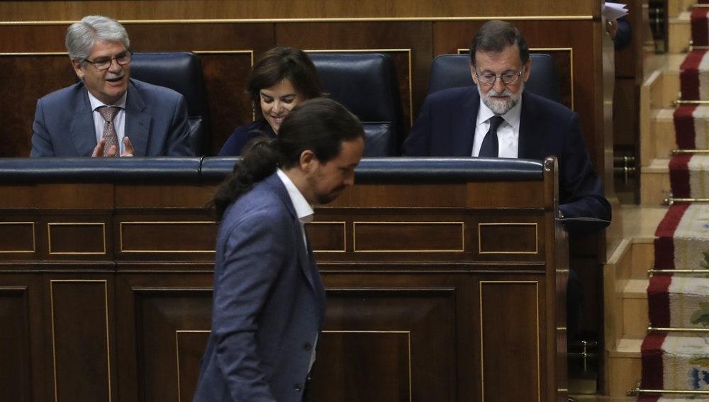 El líder de Podemos, Pablo Iglesias, pasa delante del presidente del Gobierno, Mariano Rajoy