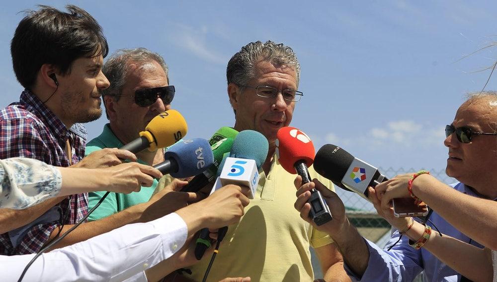 Granados hablando con los medios