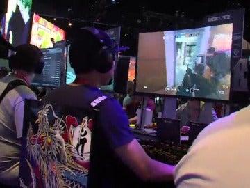 Un grupo de jóvenes jugando a videojuegos en una convención