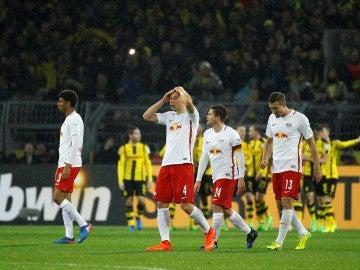Cuatro jugadores del Leipzig en un partido ante el Borussia Dortmund