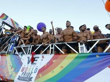 Ambiente en una de las 52 carrozas que participan en el desfile del World Pride 2017