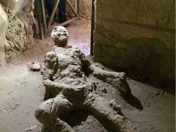 Imagen de un hombre sepultado por la lava del Vesubio en Pompeya