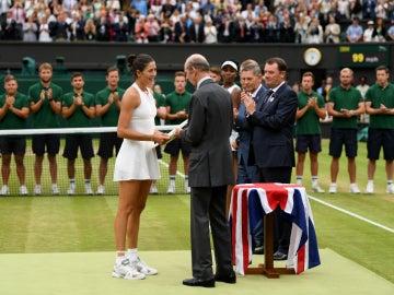 Muguruza recoge el trofeo de campeona de Wimbledon