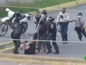 Los agentes agrediendo al joven en Venezuela