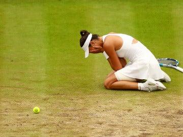 Garbiñe Muguruza llora sobre la pista central de Wimbledon tras ganar la final