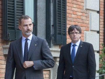 Felipe VI y Carles Puigdemont, juntos