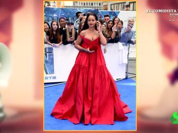 Rihanna, con un vestido rojo de Giambattista Valli