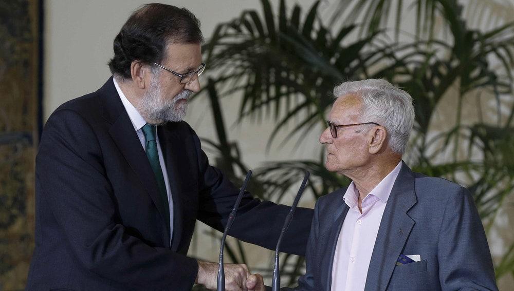 Rajoy, otorgándole el premio a Joaquín Navarro