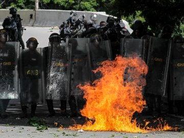 La Guardia Nacional Bolivariana se enfrentan a un grupo de manifestantes en Caracas