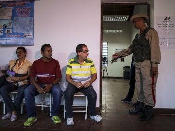 Varios venezolanos esperan para votar en la Constituyente