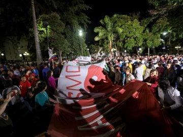 Chavistas participan en una celebración, en la plaza Bolívar de Caracas (Venezuela), al culminar jornada de votación