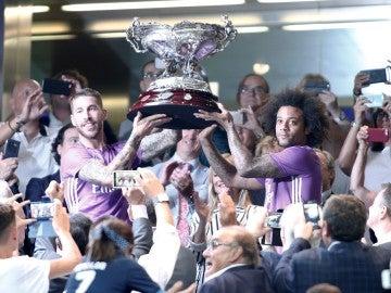 Ramos y Marcelo sosteniendo el trofeo