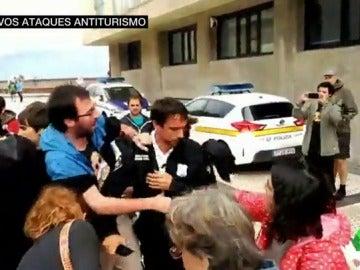 Pegatinas en los coches, enfrentamientos con policías y pintadas, aumentan las acciones contra el turismo
