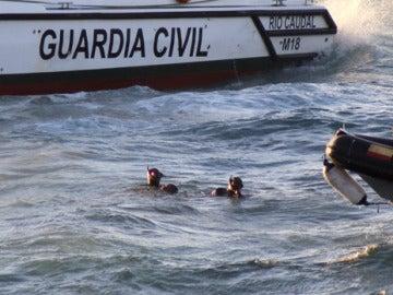 Miembros del GEAS rescatando el cadáver del inmigrante fallecido