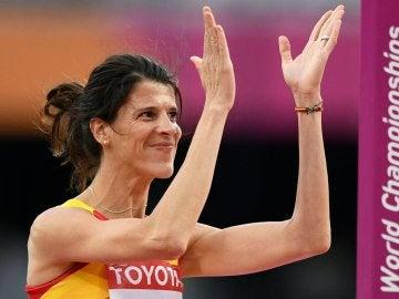 Ruth Beitia saluda al público de Londres durante la final de salto de altura