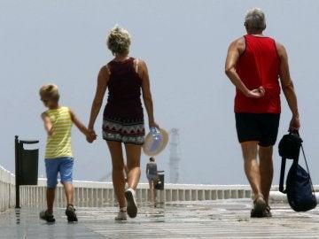 Una familia paseando