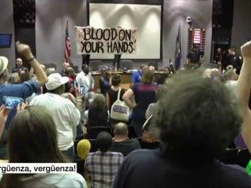 """Un grupo de activistas y vecinos grita """"¡vergüenza!"""" a las autoridades del Ayuntamiento de Charlottesville"""