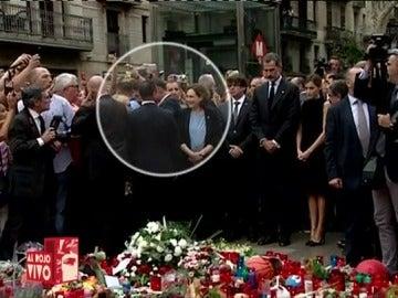 ¿De qué se reía Ada Colau durante la ofrenda floral por los atentados de Cataluña?