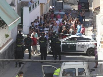 Agentes de la Guardia Civil y vecinos de Güevéjar en lugar donde se registró el suceso
