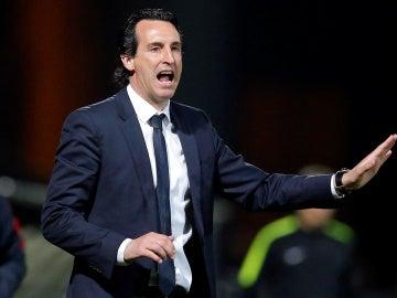 Emery da instrucciones durante un partido del PSG