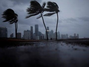 Nubes oscuras sobre el Miami antes de la llegada del huracán Irma al sur de la Florida