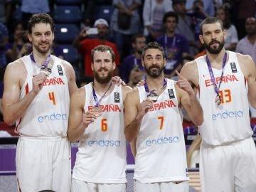 Los Gasol, Sergio Rodríguez y Navarro posan con el bronce del Eurobasket