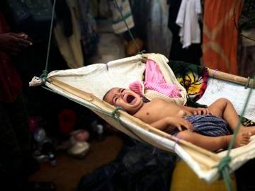 Un bebé de la etnia musulmana rohinyá llora sobre una hamaca en un campamento de refugiados