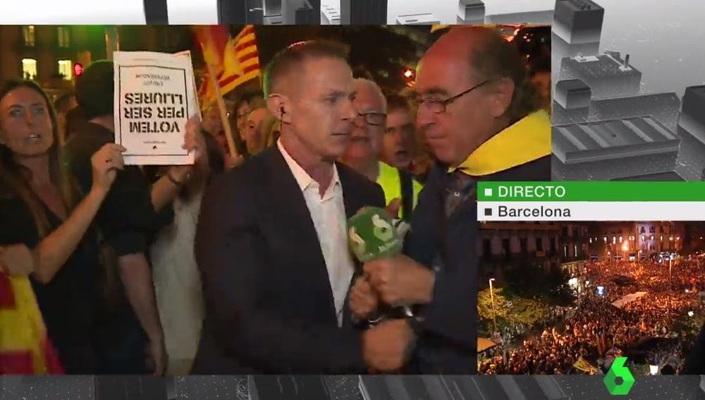 Un manifestante arranca el micrófono a Hilario Pino