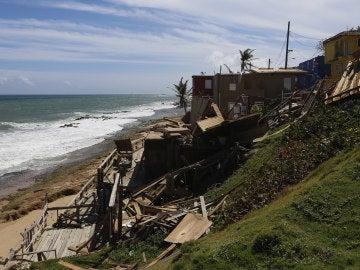 Vista de los destrozos en una vivienda ocasionados por el paso del huracán María