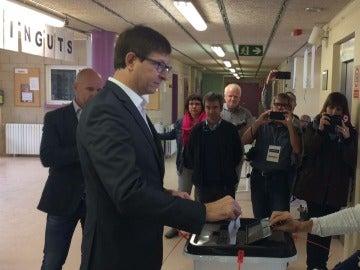Carles Mundó votando en Gurb