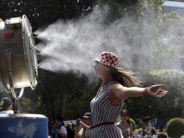 Imagen de archivo de una mujer frente a un ventilador