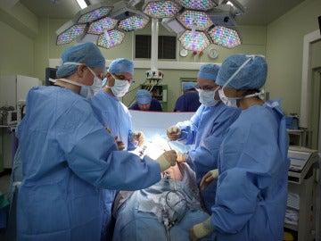 Cirujanos en un quirófano