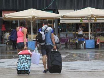 Varios turistas en la zona de La Barceloneta (Archivo)