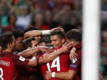 Los jugadores de la selección portuguesa abrazan a Cristiano Ronaldo tras un gol