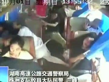 Impactantes imágenes captadas por una cámara de seguridad del momento en el que un autobús sufre un accidente en China