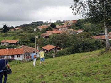 Varios periodistas en Poreñu, una pequeña aldea de la parroquia de Celada, en el concejo de Villaviciosa