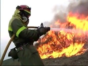 Un bombero intenta apagar uno de los incendios en Galicia