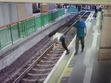 Un hombre empuja a una mujer a las vías del tren y sigue caminando sin inmutarse