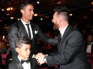 Messi le da la mano a Cristiano Ronaldo en la gala
