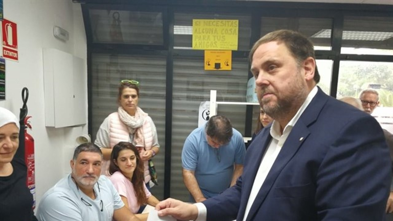 Oriol Junqueras deposita su voto durante el referéndum del 1-O
